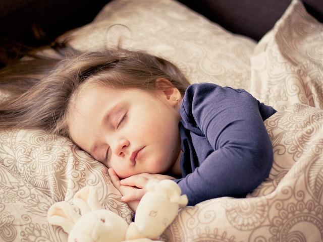 Ile śpi noworodek?